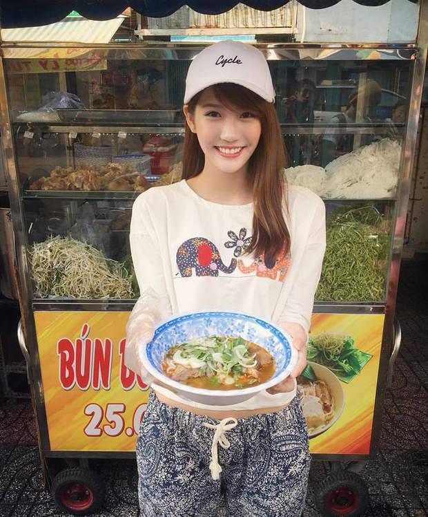 Loạt ảnh du lịch Sài Gòn của hot girl Malaysia khiến fan Việt thích thú - Ảnh 2.