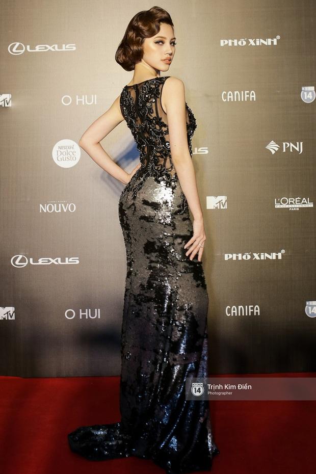 Và đây là 10 bộ cánh ấn tượng nhất trên thảm đỏ Vietnam International Fashion Week! - Ảnh 4.