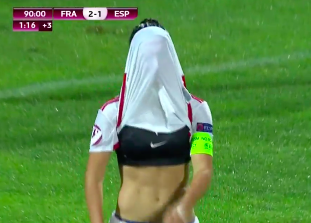 Nữ cầu thủ xinh đẹp tốc áo sau pha bỏ lỡ không tưởng - Ảnh 3.