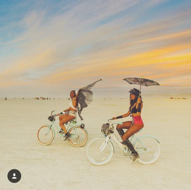 Hai cô gái xinh đẹp mở màn trào lưu đi du lịch cùng bạn gái thân khắp thế giới - Ảnh 22.