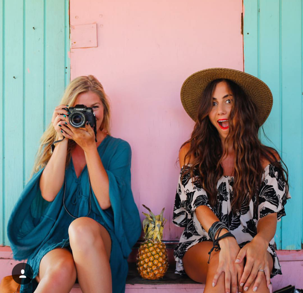 Hai cô gái xinh đẹp mở màn trào lưu đi du lịch cùng bạn gái thân khắp thế giới - Ảnh 1.