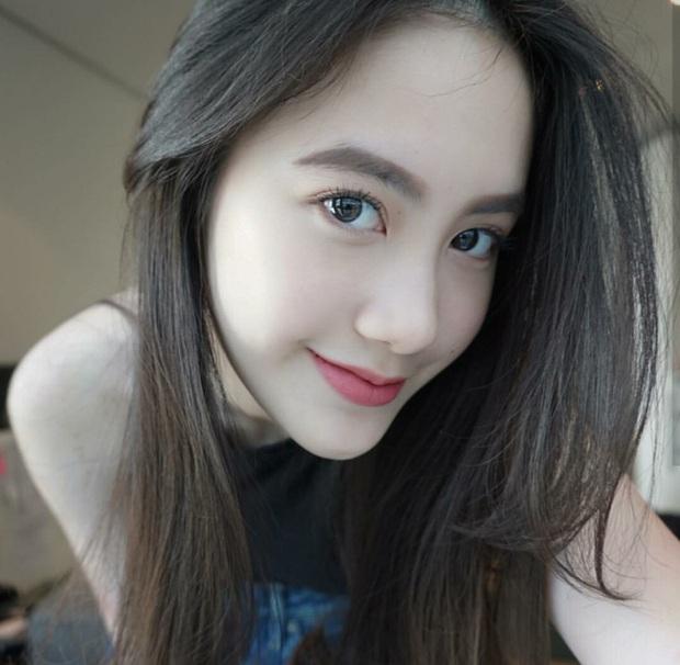 Hot girl Lào gốc Việt Chi Chi và chị em gái khoe ảnh tung tăng ở Hà Nội - Ảnh 1.