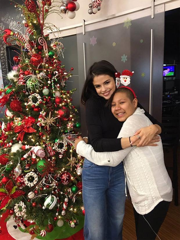 Selena xinh như thiên thần, mang niềm vui đến các bệnh nhi vào đêm Giáng sinh - Ảnh 2.