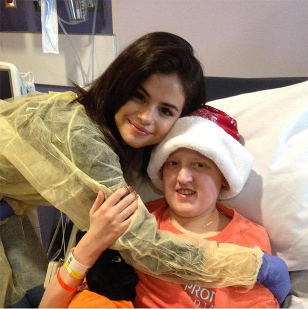 Selena xinh như thiên thần, mang niềm vui đến các bệnh nhi vào đêm Giáng sinh - Ảnh 3.