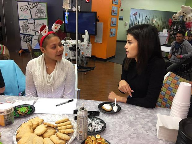 Selena xinh như thiên thần, mang niềm vui đến các bệnh nhi vào đêm Giáng sinh - Ảnh 1.