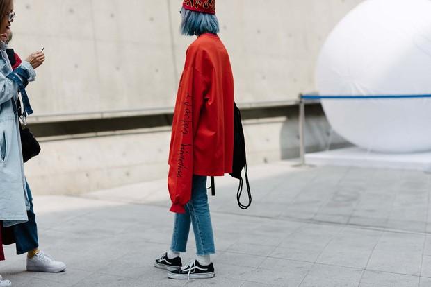 Mới qua 2 ngày Seoul Fashion Week, Kelbin đã lọt Top street style đẹp nhất của Vogue - Ảnh 27.