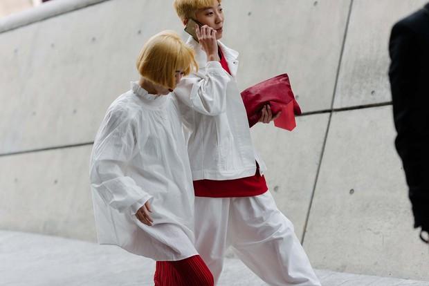 Mới qua 2 ngày Seoul Fashion Week, Kelbin đã lọt Top street style đẹp nhất của Vogue - Ảnh 28.