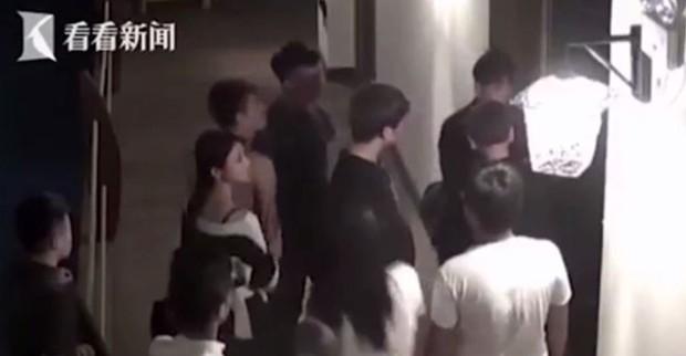 Mây mưa ầm ĩ, cặp đôi Trung Quốc bị đánh đuổi ra khỏi khách sạn - Ảnh 1.