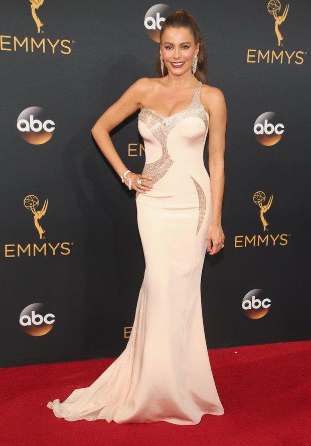 Thảm đỏ Emmy 2016 sáng bừng với màn đọ sắc lộng lẫy của dàn mỹ nhân thế giới - Ảnh 26.