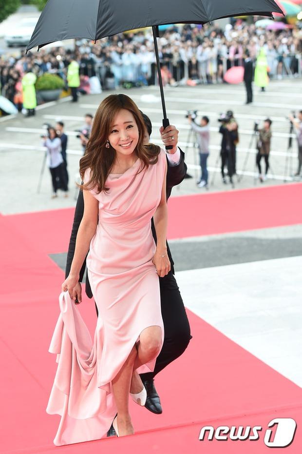 Thảm đỏ Oscar Hàn Quốc: Mỹ nhân đua nhau khoe vòng một, tân Hoa hậu - Á hậu bị chê kém sắc - Ảnh 19.