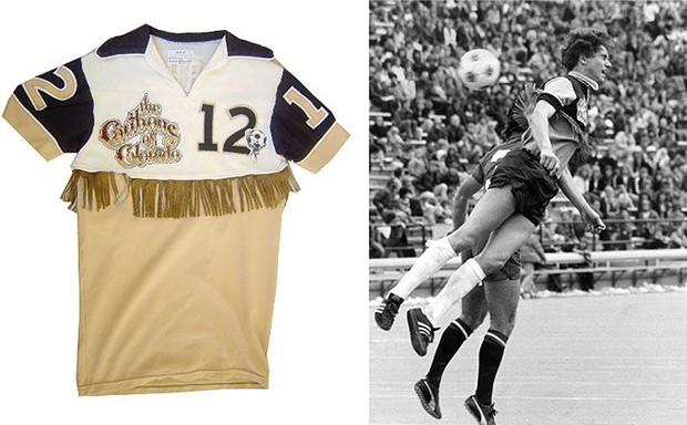 10 mẫu áo đấu xấu đến ma chê quỷ hờn trong lịch sử bóng đá - Ảnh 7.