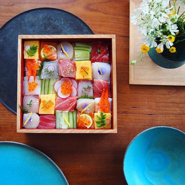 Sushi miếng xưa rồi, bây giờ người Nhật chuyển qua ăn sushi xếp hình đẹp như tranh cơ - Ảnh 1.