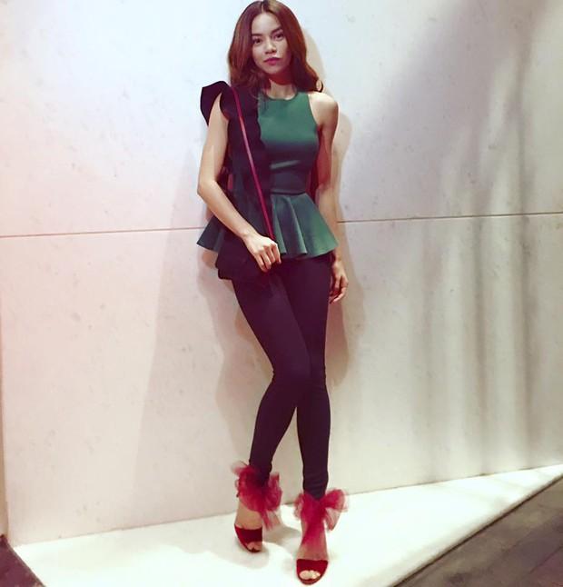 Hà Hồ đi giày 20 triệu, Phạm Hương mặc giản dị khoe body siêu sexy - Ảnh 1.