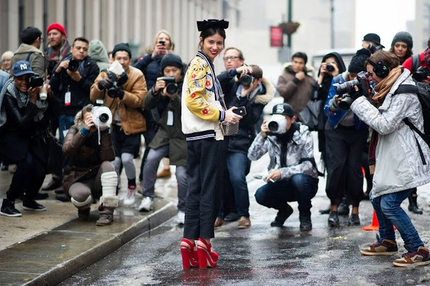 Câu hỏi khó: Các nhiếp ảnh gia chuyên chụp street style kiếm được bao nhiêu tiền? - Ảnh 1.