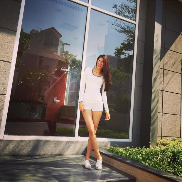 Hà Hồ đi giày 20 triệu, Phạm Hương mặc giản dị khoe body siêu sexy - Ảnh 3.