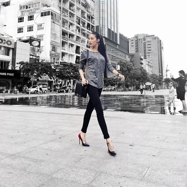 Phạm Hương giản dị, lọt thỏm giữa street style sang chảnh của Hà Hồ - Lan Khuê - Ảnh 1.