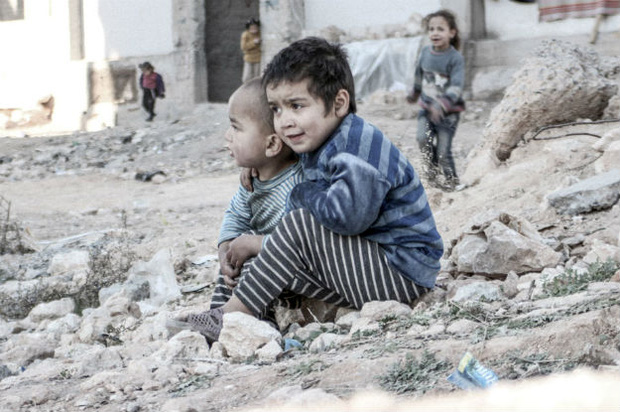 Em bé 5 tuổi bị không kích: Khi ánh mắt lạnh lẽo và dửng dưng trở thành biểu tượng chiến tranh - Ảnh 8.
