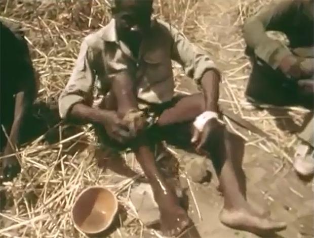 Xem thợ săn Châu Phi dùng chân trần làm mồi nhử bắt trăn khổng lồ - Ảnh 3.