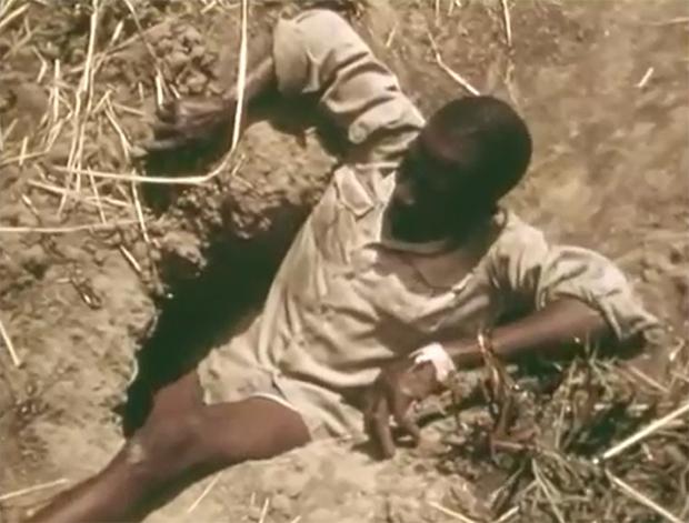 Xem thợ săn Châu Phi dùng chân trần làm mồi nhử bắt trăn khổng lồ - Ảnh 5.