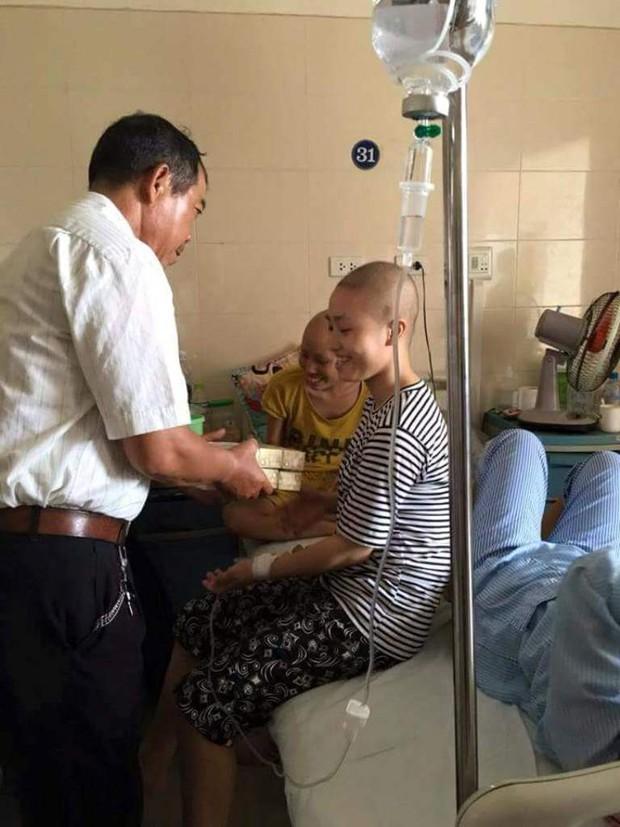 Phải chăm vợ ốm suốt 2 năm trong viện, bác tài vẫn chạy xe miễn phí cho bệnh nhân nghèo - Ảnh 4.