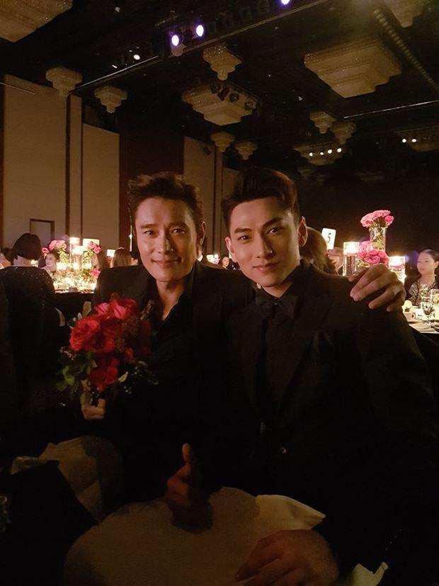 Isaac khoe ảnh dự tiệc cùng Lee Byung Hun, bất ngờ khi nhận giải thưởng từ LHP Busan - Ảnh 2.