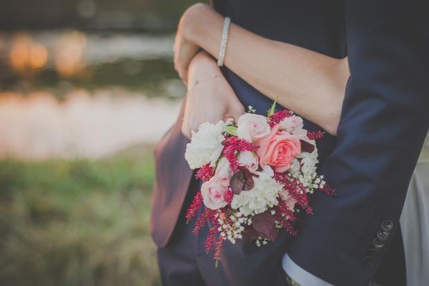 Được người yêu cũ mời dự đám cưới, nên đi hay không? - Ảnh 1.