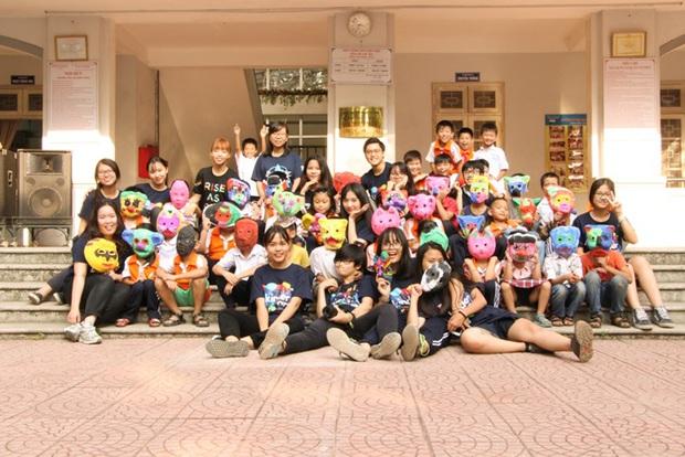 Các bạn sinh viên Hà Nội mang nghệ thuật tuổi thơ đến cho các bạn nhỏ - Ảnh 1.