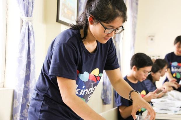 Các bạn sinh viên Hà Nội mang nghệ thuật tuổi thơ đến cho các bạn nhỏ - Ảnh 2.
