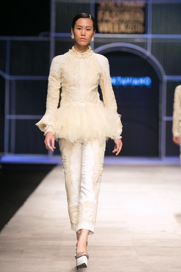 Chi Pu kiêu kì dắt cún trình diễn thời trang trên sàn diễn VIFW - Ảnh 54.