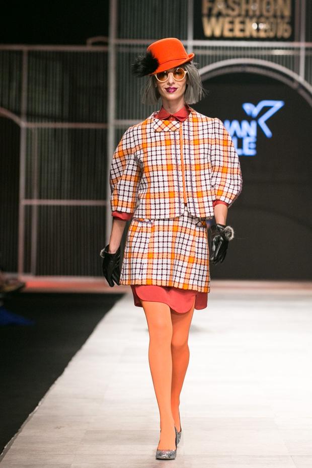 Chi Pu kiêu kì dắt cún trình diễn thời trang trên sàn diễn VIFW - Ảnh 8.