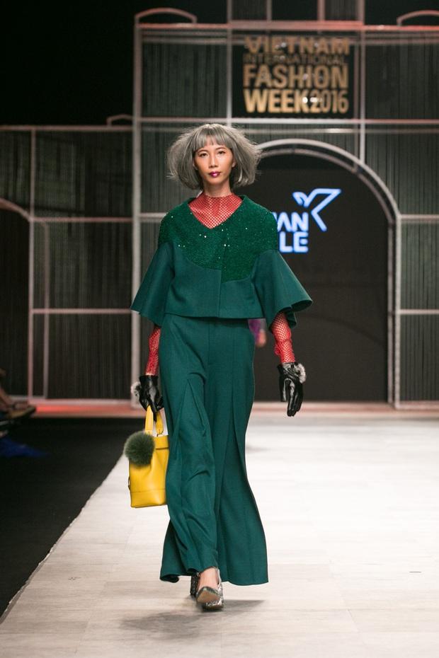 Chi Pu kiêu kì dắt cún trình diễn thời trang trên sàn diễn VIFW - Ảnh 11.