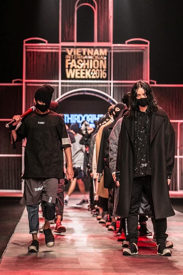 Chi Pu kiêu kì dắt cún trình diễn thời trang trên sàn diễn VIFW - Ảnh 52.