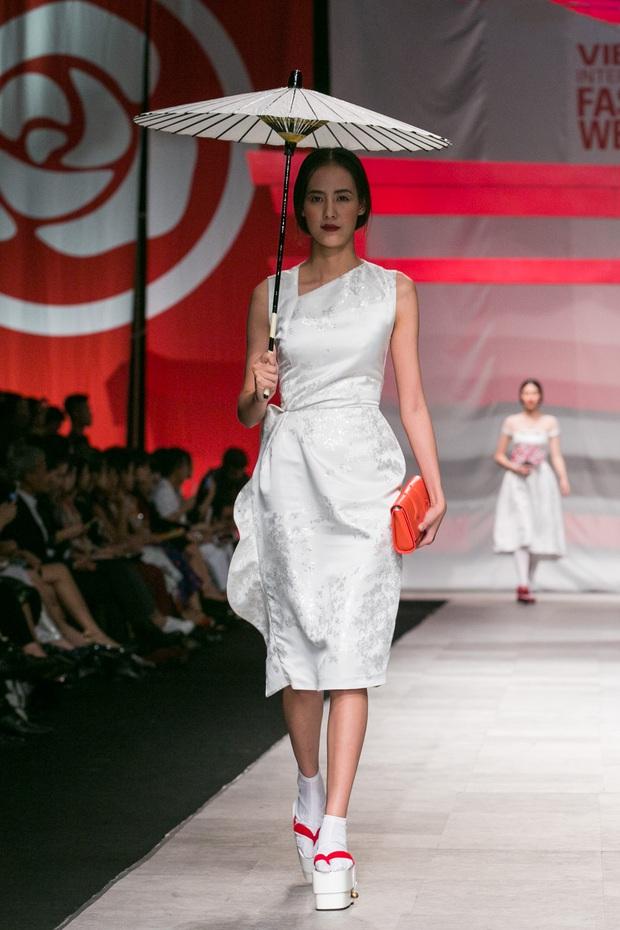 Hoa khôi Nam Em mở màn Tinh khôi - BST cuối cùng của Vietnam International Fashion Week - Ảnh 1.
