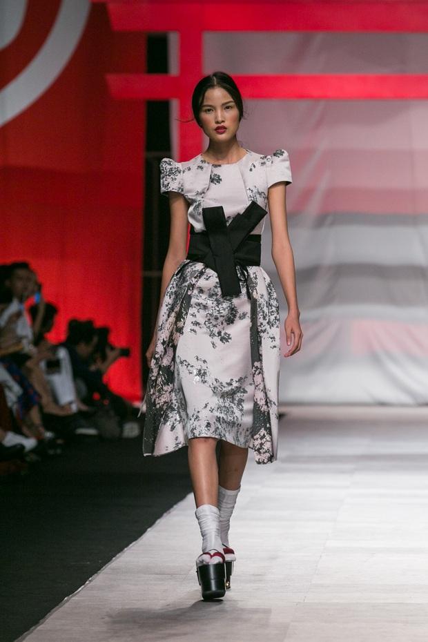 Hoa khôi Nam Em mở màn Tinh khôi - BST cuối cùng của Vietnam International Fashion Week - Ảnh 3.