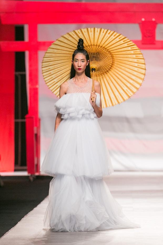 Hoa khôi Nam Em mở màn Tinh khôi - BST cuối cùng của Vietnam International Fashion Week - Ảnh 15.