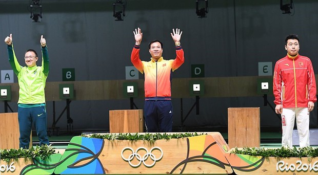 Xúc động khoảnh khắc quốc ca Việt Nam vang lên trên đỉnh Olympic - Ảnh 11.