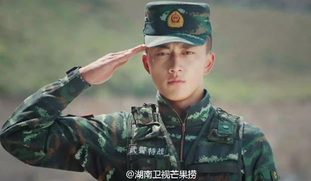 Soái ca quân nhân phiên bản Trung Quốc được khen đẹp trai hơn cả Song Joong Ki - Ảnh 4.