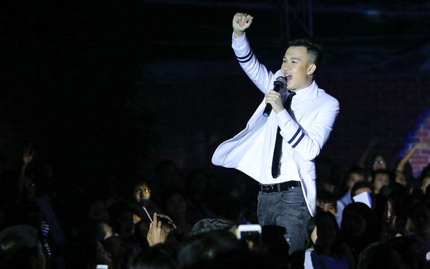 Quán quân Idol Kids Hồ Văn Cường theo chân ủng hộ mẹ nuôi Phi Nhung - Ảnh 12.