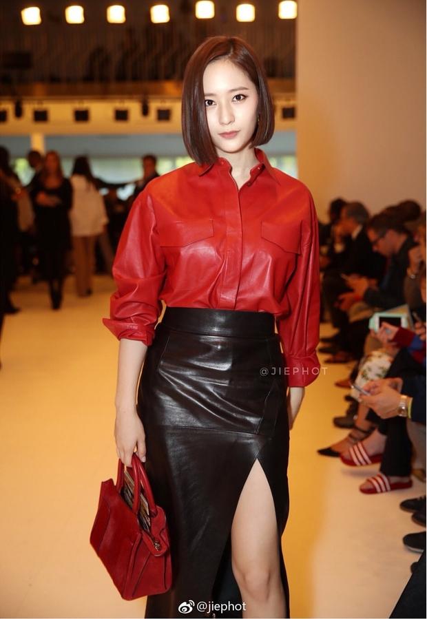 Quá bất ngờ: Krystal đột nhiên cắt phăng mái tóc dài, xuất hiện với tóc bob thời thượng tại Milan Fashion Week - Ảnh 1.