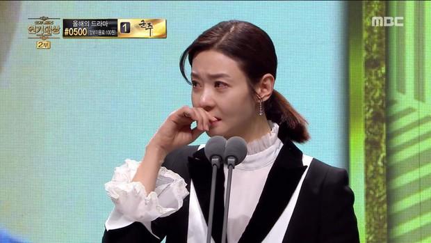 MBC Drama Awards 2017: Mẹ Kim Tan, Ha Ji Won rơi lệ vì nữ diễn viên có chồng bị sát hại dã man - Ảnh 1.