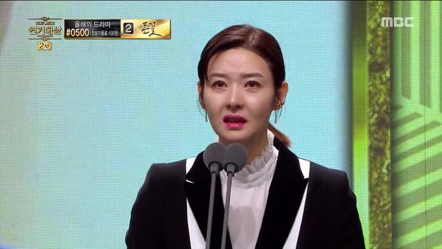 MBC Drama Awards 2017: Mẹ Kim Tan, Ha Ji Won rơi lệ vì nữ diễn viên có chồng bị sát hại dã man - Ảnh 2.