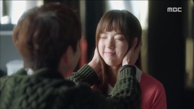 Quá manh động, Yoo Seung Ho không sợ ngứa, kề sát môi robot - Ảnh 1.