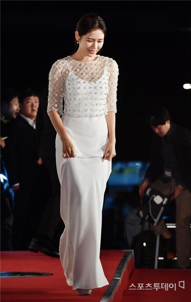 Thảm đỏ Oscar Hàn Quốc: Hoa hậu gây sốc với ngực siêu khủng, Yoona và Jo In Sung dẫn đầu dàn siêu sao - Ảnh 12.