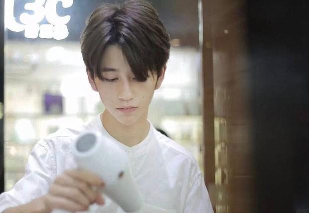 Sở hữu ngoại hình điển trai như idol, nam nhân viên tiệm làm tóc bất ngờ nổi tiếng trên MXH - Ảnh 2.