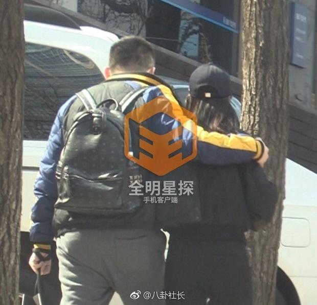 Phong Hành tung loạt ảnh Liễu Nham hẹn hò với đại gia giàu có - Ảnh 1.