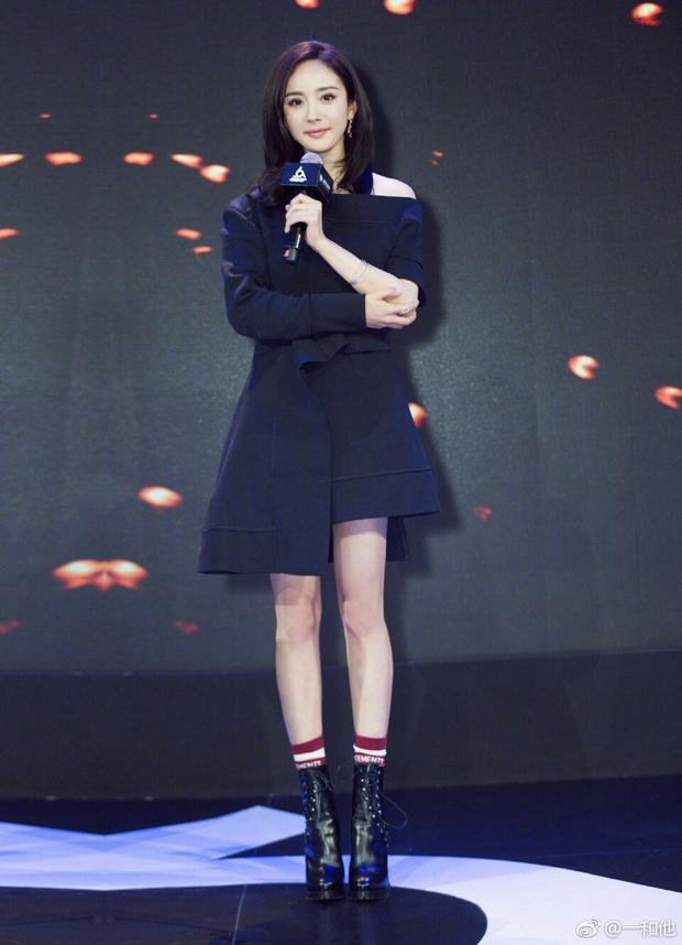 Những màn khoe chân đỉnh cao chứng minh: Dương Mịch chính là nữ hoàng sân bay số 1 Cbiz! - Ảnh 20.
