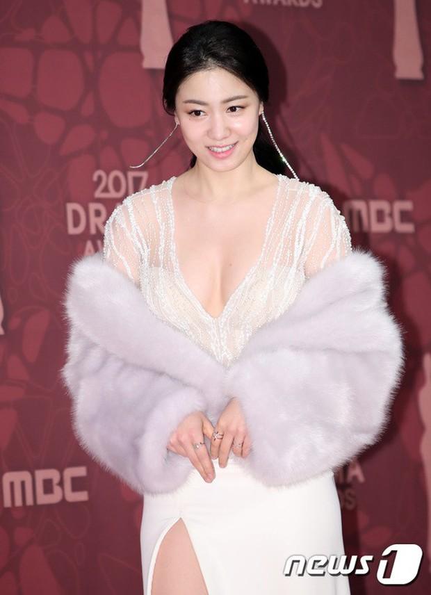 MBC Drama Awards 2017: Mẹ Kim Tan, Ha Ji Won rơi lệ vì nữ diễn viên có chồng bị sát hại dã man - Ảnh 10.