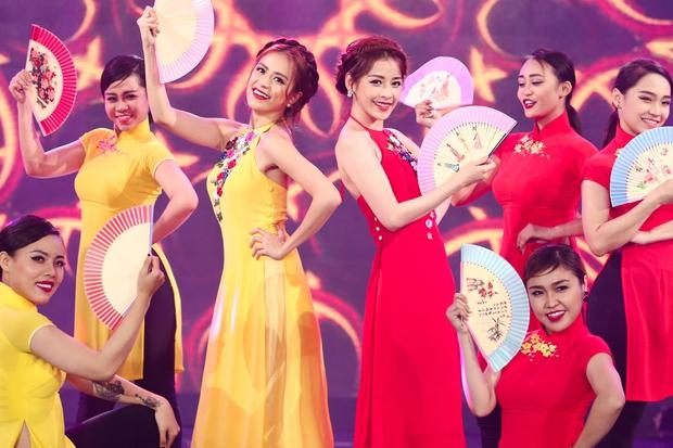 Hoàng Thùy Linh - Chi Pu diện áo dài cách tân, múa quạt trong lần đầu song ca - Ảnh 2.