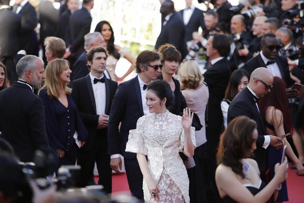 Không thua chị kém em, Lý Nhã Kỳ lộng lẫy như bà hoàng trên thảm đỏ khai màn LHP Cannes 2017 - Ảnh 2.