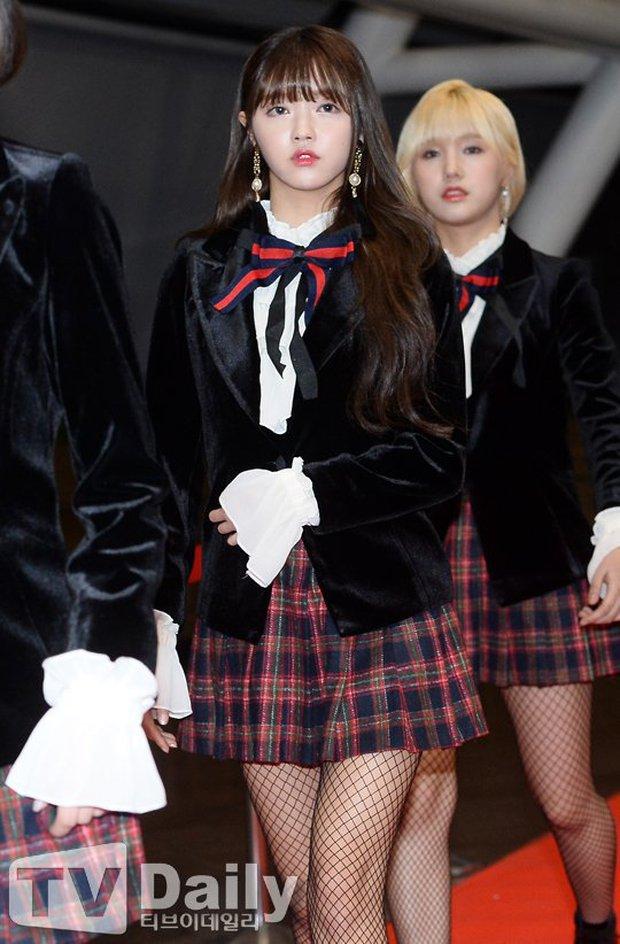 Oh My Girl bị tố đạo cả trang phục lẫn phụ kiện hàng hiệu của Jennie Kim - Ảnh 2.
